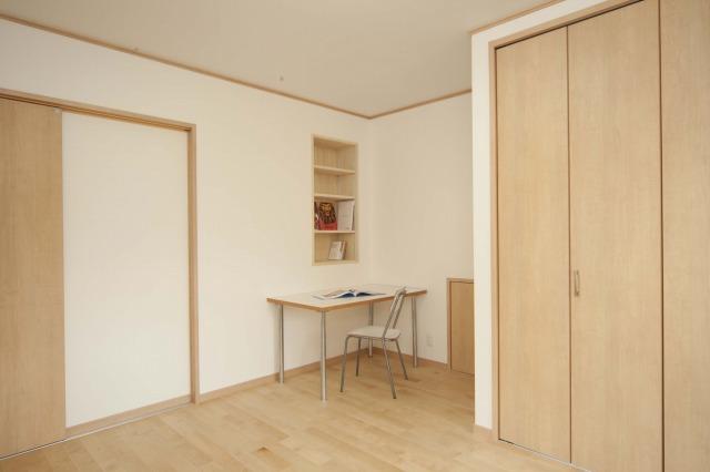 机の横には広い収納空間が隠されています。