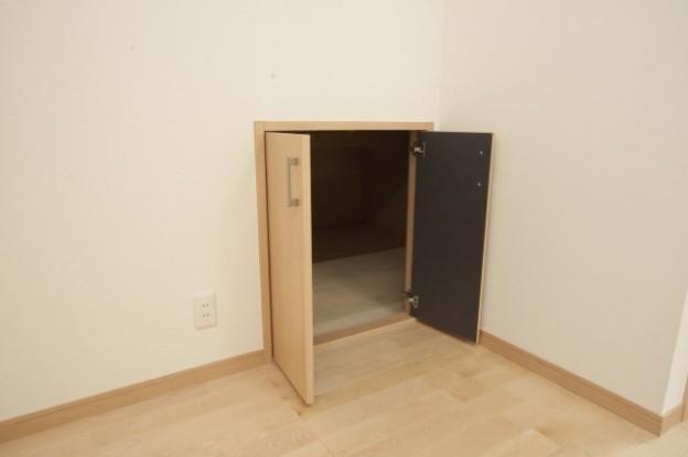 秘密基地への扉みたいな収納扉。