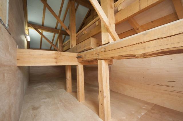 子供部屋から通じる屋根裏の収納空間。お子様が小さいうちは遊びの空間(秘密基地)としても使用できます。